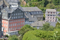 Monschau bonito em Alemanha com casa vermelha Imagens de Stock Royalty Free