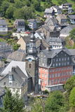 Monschau bonito em Alemanha com casa vermelha Imagens de Stock