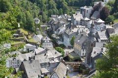 Monschau bonito em Alemanha com casa vermelha Imagem de Stock Royalty Free