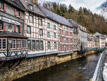 MONSCHAU, DEUTSCHLAND - 18. MÄRZ 2013: alte Fachwerkbauten entlang dem RUR-Fluss in der historische Stadtmitte Lizenzfreie Stockfotos