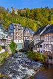 Monschau, vista al RUR con vecchia rovina Fotografia Stock