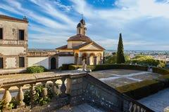 Monselice, Italië - Juli 13, 2017: Mening van Villa Dudo en de Kerk van St George royalty-vrije stock foto