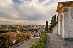 Monselice, Italië - Juli 13, 2017: Mening vanaf bovenkant aan stad met rode daken royalty-vrije stock afbeeldingen