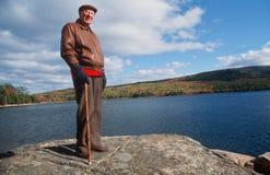 Monsieur aîné sur la promenade d'automne Photographie stock libre de droits