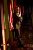 Monsieur beau dans le costume gris posant dans le vieux train Photographie stock libre de droits