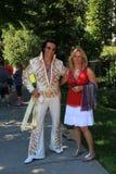 Monsieur habillé comme Elvis dans le défilé de vacances, Saratoga Springs, New York, 2016 Image stock