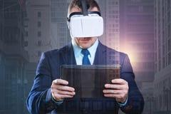 Monsieur millénaire focalisé avec le touchpad essayant sur des lunettes de réalité virtuelle Photos libres de droits