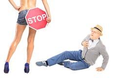 Monsieur regardant la femme avec le signe d'arrêt, ayant l'atack de coeur Photo libre de droits