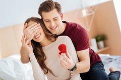Monsieur romantique étonnant son amie avec la proposition Photo libre de droits