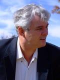 Monsieur Silver-Haired examinant la distance Image libre de droits