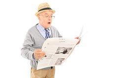 Monsieur supérieur étonné lisant les actualités Images libres de droits