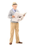 Monsieur supérieur lisant un journal Photographie stock libre de droits