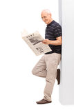 Monsieur supérieur lisant un journal Image stock