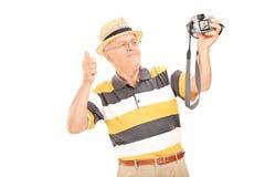 Monsieur supérieur prenant un selfie avec l'appareil-photo Photo libre de droits