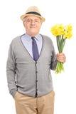 Monsieur supérieur romantique tenant des fleurs Photos stock