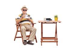 Monsieur supérieur s'asseyant à une table basse Photos stock