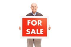 Monsieur supérieur tenant a à vendre le signe Photographie stock