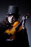 Monster, das Violine spielt Stockfoto