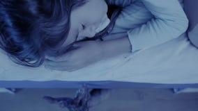 Monster, das von unterhalb des Betts der kleinen Mädchen herauskommt Albtraumkind Halloween stock video footage
