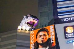Monster för symbol för Godzilla staty berömt av Japan på taket av hotellet Gracery Shinjuku royaltyfri bild
