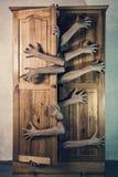 Monster met heel wat handen die van oude grungy kop proberen te ontsnappen Stock Afbeeldingen