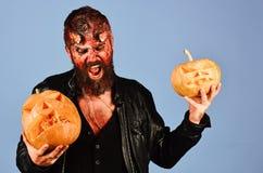 Monster mit Oktober-Dekorationen Dämon mit Hörnern und wütendem Gesicht lizenzfreies stockfoto