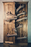 Monster mit vielen Händen, die versuchen, von der alten grungy Schale zu entgehen Stockbilder