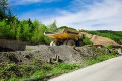 Monster truck en una explotación minera imagenes de archivo