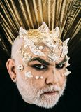 Monstergezicht op donkere achtergrond Demon met gouden reptielhuid en doornen, fantasieconcept Mens met buitensporig Halloween stock foto