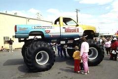 Monstertruck auf Anzeige lizenzfreie stockfotos