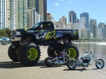 Monstervrachtwagen op het strand Stock Foto's