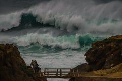 Monsterwelle an der Küstenlinie in Portugal Stockbilder