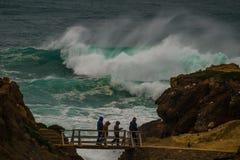 Monsterwelle an der Küstenlinie in Portugal Stockfotos