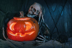 Monstre de crâne et potiron de Halloween images libres de droits