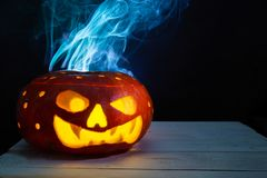 Monstre de potiron de Halloween avec beaucoup de trous de rond émettant la fumée photographie stock