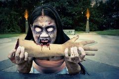 Monstre mauvais de zombi mangeant le bras Image stock