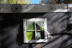 Monstre regardant la fenêtre de la maison hantée images libres de droits