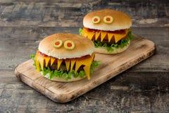 Monstres d'hamburger de Halloween sur le bois Photos libres de droits