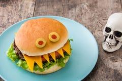 Monstres d'hamburger de Halloween sur le bois Images stock