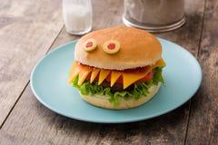 Monstres d'hamburger de Halloween sur le bois Photos stock