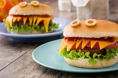 Monstres d'hamburger de Halloween sur le bois Photographie stock libre de droits