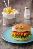 Monstres d'hamburger de Halloween sur le bois Image libre de droits