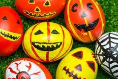 Monstres fous d'oeufs pour Halloween de fête Photos stock