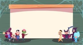 Monstres mignons d'enfants de Halloween de bannière heureuse de des bonbons ou un sort au-dessus de carte de voeux vide de l'espa Photographie stock libre de droits