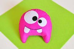 Monstro de feltro do rosa - brinquedo feito a m?o O divertimento sentiu ofícios para crianças Ofícios costurando rápidos para cri imagens de stock