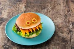 Monstro do hamburguer de Dia das Bruxas na madeira Foto de Stock