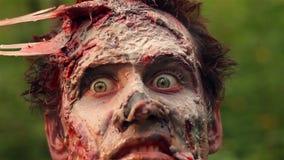 Monstruo asustadizo del zombi que mira la cámara almacen de video