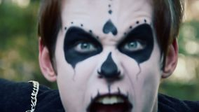 Monstruo loco en pesadilla terrible, cara enojada del zombi masculino con la mueca salvaje almacen de video
