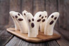 Monstruos asustadizos hechos en casa de los fantasmas del plátano de Halloween Foto de archivo libre de regalías