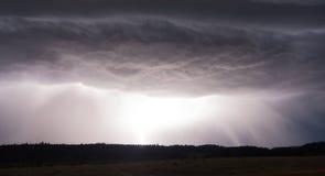 Monsun-Regen-Fall von den Sturm-Wolken, die Blitz erzeugen Lizenzfreies Stockbild